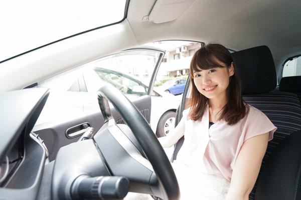 笑顔で運転する女性